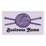 Bola púrpura del hilado y de las agujas que hacen plantillas de tarjetas personales