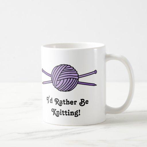 Bola púrpura del hilado y de las agujas que hacen  taza de café