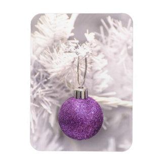 Bola púrpura solitaria del navidad imanes flexibles