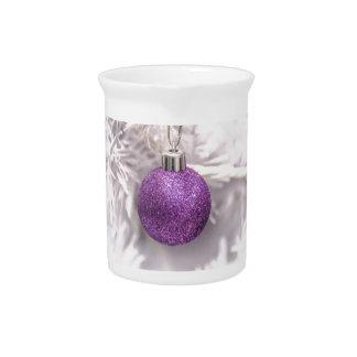 Bola púrpura solitaria del navidad jarras para bebida