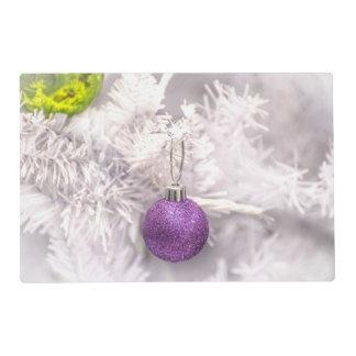 Bola púrpura solitaria del navidad salvamanteles