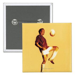 bola que despide del jugador de fútbol de la pin cuadrado