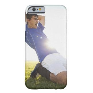 Bola que lanza del jugador de fútbol funda de iPhone 6 barely there