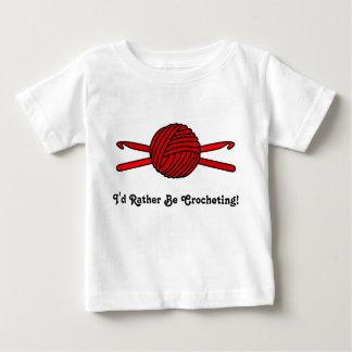 Bola roja de los ganchos del hilado y de ganchillo playera de bebé