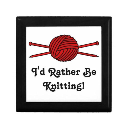 Bola roja del hilado y de las agujas que hacen pun cajas de regalo