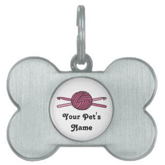 Bola rosada de los ganchos del hilado y de ganchil placa de nombre de mascota