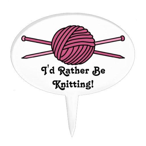 Bola rosada del hilado y de las agujas que hacen p figura para tarta