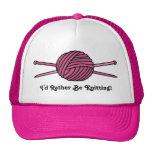 Bola rosada del hilado y de las agujas que hacen p gorros bordados