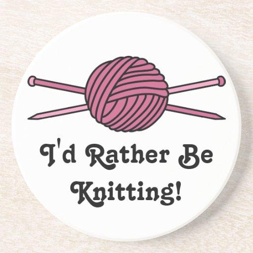 Bola rosada del hilado y de las agujas que hacen p posavasos manualidades