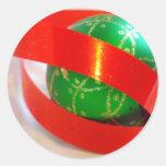 Bola verde, cinta roja etiquetas redondas