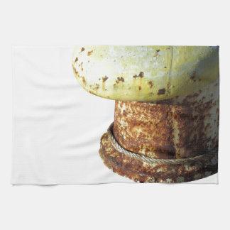 Bolardo oxidado aislado en el fondo blanco toallas