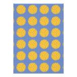 Bolas amarillas en fondo azul invitación