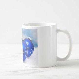 Bolas azules del navidad en nieve taza de café