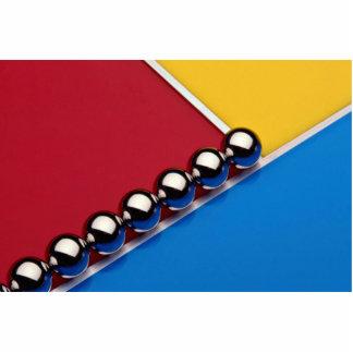 Bolas de acero y barras en el acrílico multicolor esculturas fotográficas