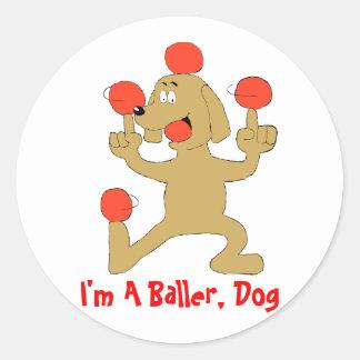 Bolas de equilibrio del perro del dibujo animado pegatina redonda