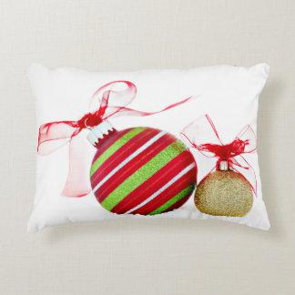 Bolas de los ornamentos del navidad contemporáneas cojín decorativo