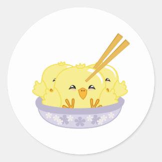 Bolas de masa hervida del polluelo etiquetas redondas