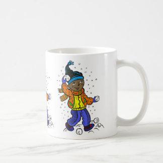 Bolas de nieve que lanzan del muchacho tazas de café