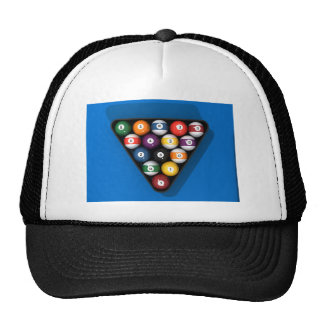 Bolas de piscina en la tabla de billares del fielt gorras