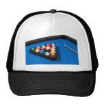 Bolas de piscina en la tabla de billares del fielt gorras de camionero
