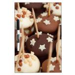 Bolas del chocolate y de la torta blanca tableros blancos
