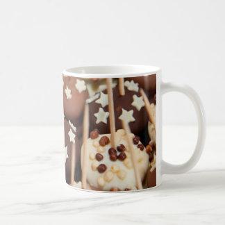 Bolas del chocolate y de la torta blanca taza de café