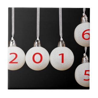 Bolas del navidad blanco con las fechas 2015 y azulejo cuadrado pequeño