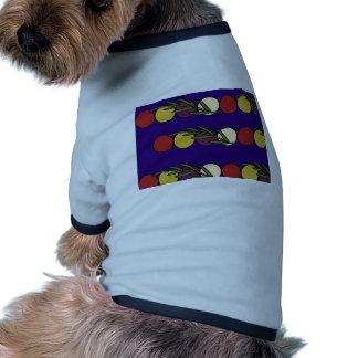 Bolas del navidad en un fondo azul camiseta de perrito