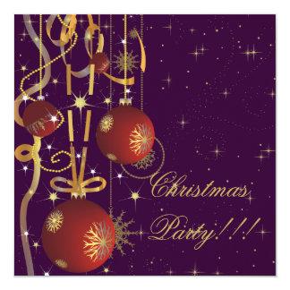 Bolas del navidad y invitación púrpura del fiesta