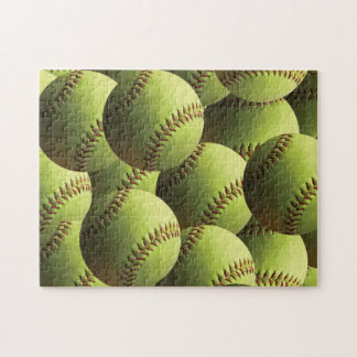 Bolas múltiples del softball amarillo acodadas puzzle