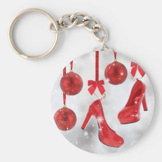 Bolas rojas de los tacones altos y del navidad y llavero redondo tipo pin