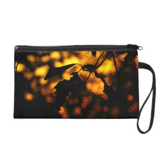 Bolsa negra de la cremallera con las hojas de la