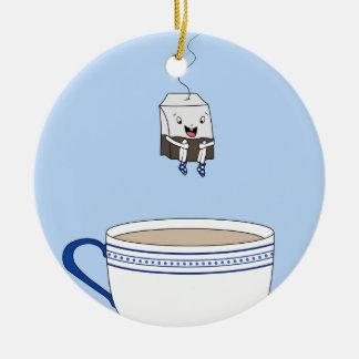 Bolsita de té que salta en taza adorno navideño redondo de cerámica