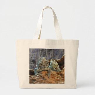 Bolso con dos lagartos curiosos bolsa