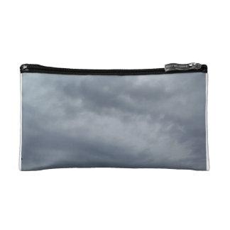 Bolso cosmético gris oscuro de las nubes de tormen