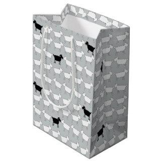 Bolso del regalo de las ovejas blancos y negros bolsa de regalo mediana