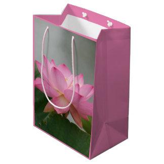 Bolso rosado del regalo de la flor de Lotus Bolsa De Regalo Mediana
