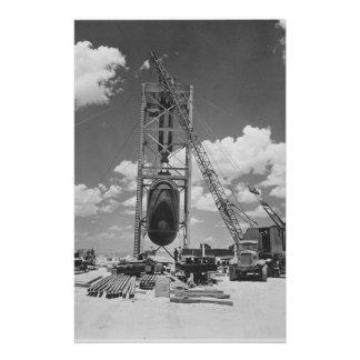 Bomba atómica enorme colocada para la prueba de la papeleria de diseño