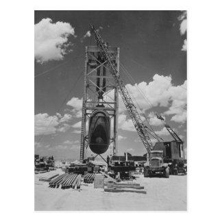 Bomba atómica enorme colocada para la prueba de la postal