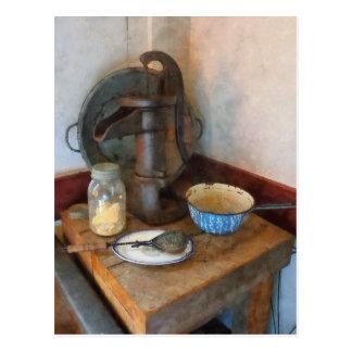 Bomba de agua en cocina postal