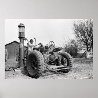 Bomba de gas del vintage en la granja, los años 40 póster