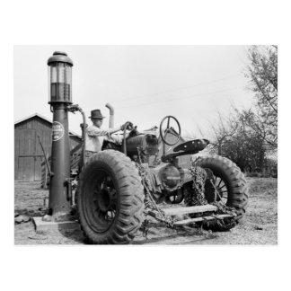 Bomba de gas del vintage en la granja los años 40 postales