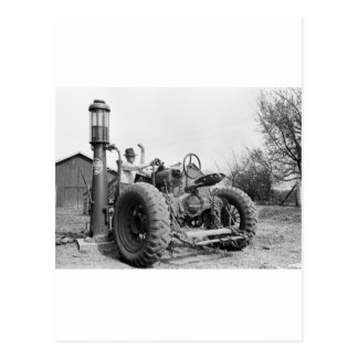 Bomba de gas del vintage en la granja, los años 40 tarjetas postales
