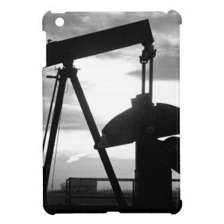 Bomba Jack del pozo de petróleo blanco y negro iPad Mini Protector