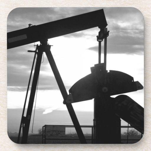 Bomba Jack del pozo de petróleo blanco y negro Posavasos