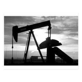 Bomba Jack del pozo de petróleo blanco y negro Postal