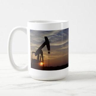 Bomba Jack en la puesta del sol Taza De Café