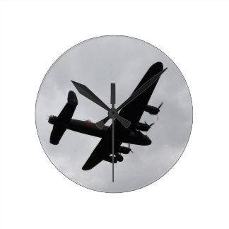 Bombardero de Lancaster de arriba Reloj Redondo Mediano