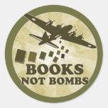 Bombas de los libros no pegatina redonda