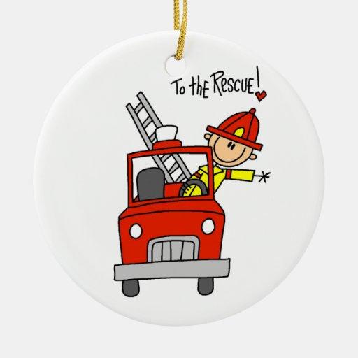Bombero a las camisetas y a los regalos del adorno navideño redondo de cerámica